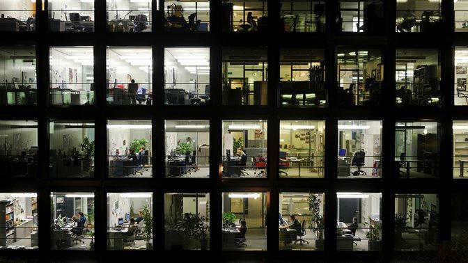 Fassade (Fenster Front) des Zentralen Institutsgebaeudes (ZIG) der Universitaet St.Gallen (HSG) bei Nacht