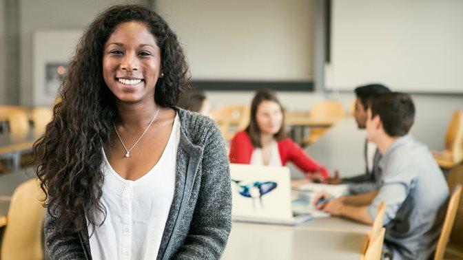 Studentin blickt in Ksmera